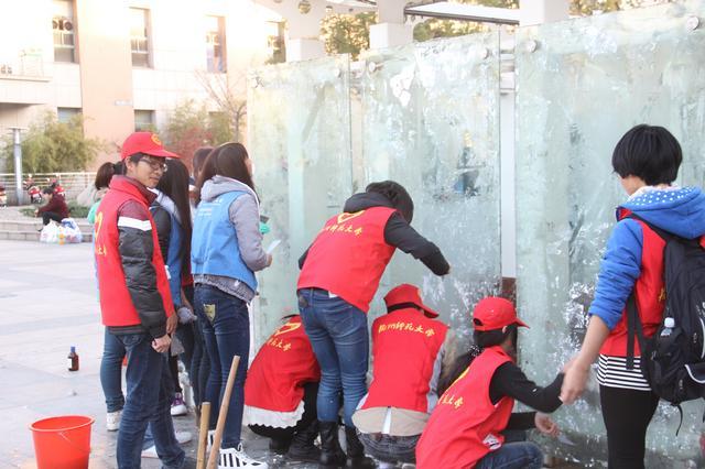 志愿者清洁海报墙
